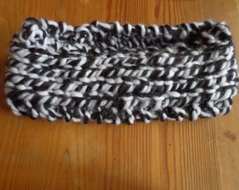 headband made with a black and white yarn