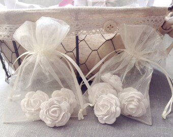 5 medium roses plaster scented in an organza pouch