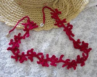 Collier création au crochet, mi-long, motif corail et fermoir coquillages