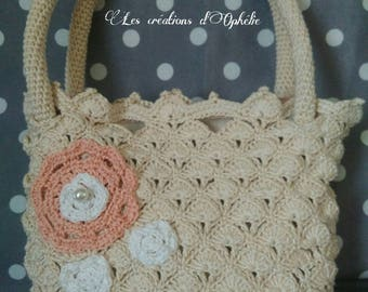Beige handbag made in crochet.