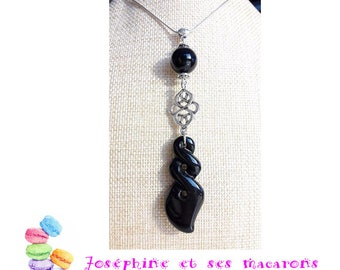 The entrelac and Onyx necklace
