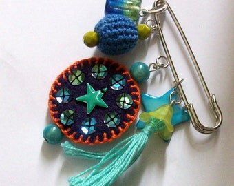 brochableu: brooch pin felt, cotton, beads and charms