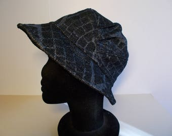 Hat in gray damask tone on tone