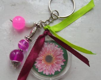 Round key ring to the gerbera pink with green and Burgundy ribbons and pink beads