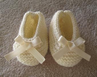 Ballerinas ecru wool and sateen bow baby booties.