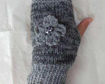 women knit gloves