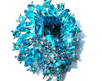 Broche argenté, fleur cristal et strass bleu azur.