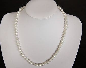 Freshwater Pearl with a length of 43 cm necklace.