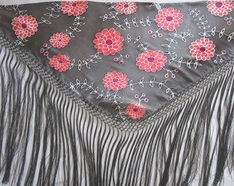 Hand-painted silk Mantoncillo.