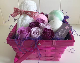 Pamper Hamper Gift Basket including Face Cloth, Bath Bombs and Soap Roses