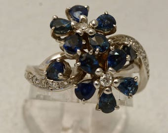 Floral ring in white gold and blue sapphires