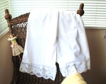 Wedding vintage 60s, crisp  white nylon, long bloomers witha wide, scalloped lace. Made by  Philmaid.Size 8. Mint condition.