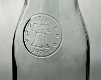 Collectible BICENTENNIAL 1776-1976 WINE CARAFE 1000ml Bell Motif Clear Glass Water or Juice Exc Condition Made n U S A Anchor Hocking Logo