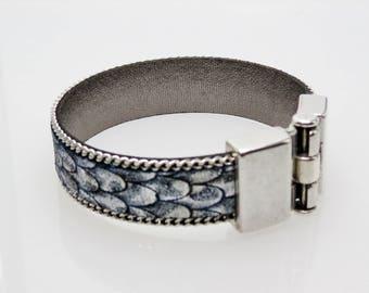 Printed leather and metal bracelet.