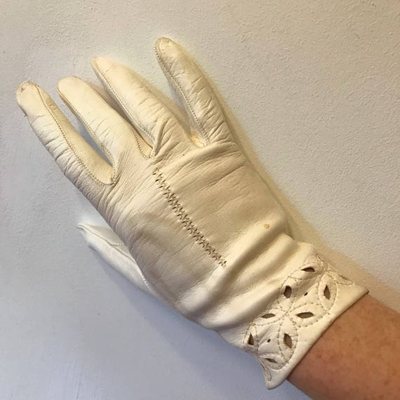 Vintage gloves off white leather short gloves unlined shorties size 7 7.5 50s cutout border design leather gloves 60s accesory 1950s