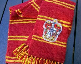 Fan Strick Schal, Harry Potter inspiriert,rot, gold, gelb, Hogwarts,gesticktes Patch, handgestrickt