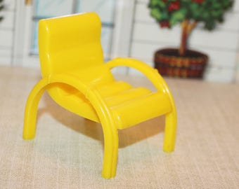 Marx yellow hard plastic patio chair furniture in 3/4 or 1:16 inch scale for your Marxie Mansion tin litho dollhouse