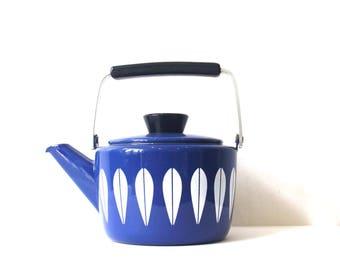 1960s Vintage Cathrineholm Blue & White Lotus Enamel Kettle Teapot by Grete Prytz Kittelsen and Anne Clausen