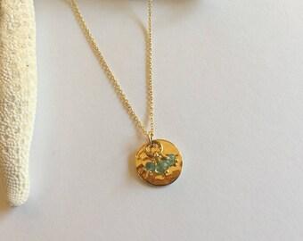 """Collier minimaliste, médaille or martelée et pierres précieuses émeraudes sur chaine or : Modèle """"Philaë"""""""
