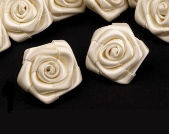 5 small roses in ivory satin 30 mm