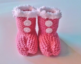 Slippers for born babies in 12 pink and white woolen hand-knitted months