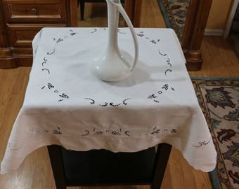 Small White Linen Tablecloth & Matching Napkins, White Floral Cut Work,  Luncheon / Bridge Tablecloth, Shabby Chic, Cottage Chic, Vintage