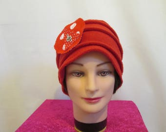 Hat chemo hat in red fleece with a treble clef brooch