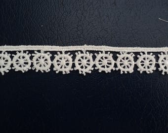 lace wheels 1.5 cm tall, white color, sold by the yard