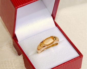 Amazing 18 Carat Gold Cabochon Citrine Ring 8.14 Grams.