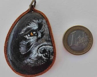 Hand painted natural stone pendant with an animal motif (dog), original and unique, artisan work. Vegan product.