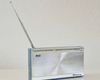Roxy on the FM / FM transistor radio. Vintage portable radio. With leather case, battery-operated. Blue and silver. 70s space age radio. Up to 108 MHz!