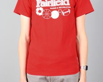 Vintage Fairfield t-shirt - red print football ball sports T-shirt - parks & recreation nr 5 - Fruit of the Loom best Size S Small - unisex