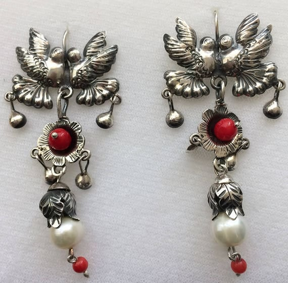 Sale Frida style large kissing birds on top, beautiful daisy with coral bead. Bottom leaves and pearl.