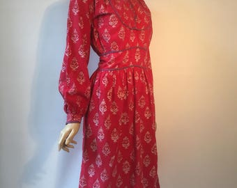 1970s vintage anohki indian block printed paisley day dress in deep pink with purple piping