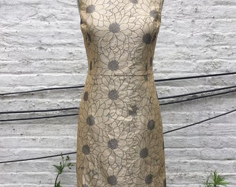 Daisy Pattern Brocade Simple Sheath Dress, size Medium