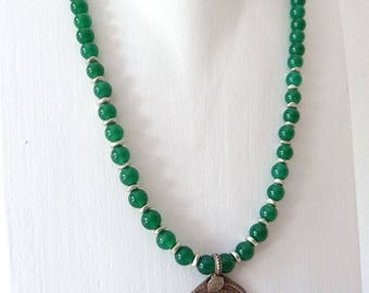 Green necklace of agate with Kuchi pendant, Nomad jewelry, ethno trailer