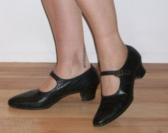 Utterly charming 1920s mary janes in faux snakeskin  US 8 / UK 6 sweet tailored day shoes