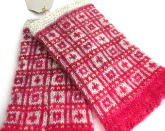 Wrist warmers, stranded colourwork, steek, 100% wool, grey/pink, hand knitted with love, chic accessoir for cold weather, airconditionfriend