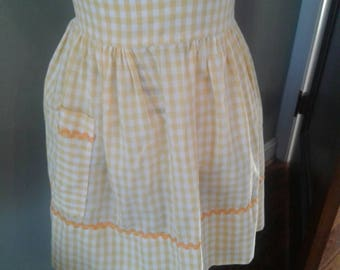 Yellow and white gingham apron.....pocket....vintage....ric race trim