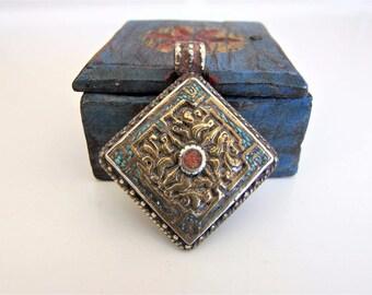 Tibetan pendant. Tibetan jewelry. Ethnic pendant. Ethnic Jewelry. Tibetan pendant. Tibetan jewelry. Bronze pendant with coral and turquoise.