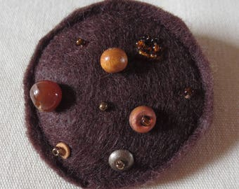 Brooch round Brown beads/REF felt BRF10