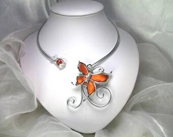 Collier Fil d'aluminium avec papillon orange en acrylique sur mesure