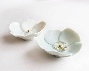 Porte-Alliance - Fleur en Porcelaine Blanche avec centre en or. Accessoire pour Mariage - Coupelle décorative.
