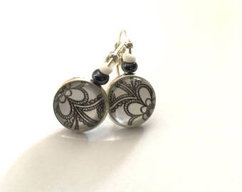 Small silver stud earrings and cabochon flowers