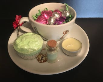Alice in Wonderland Cup and Saucer Bath Bomb and chocolate set Various keys and locks design pamper set