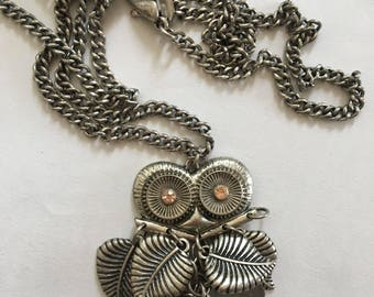 Fashionable articulated owl pendant in silver metal