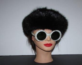 """Superbe chapeau ou beret de véritable  fourrure de rat musqué noir /Superbe black réal muskrat fur hat or bérêt 21""""3/4"""