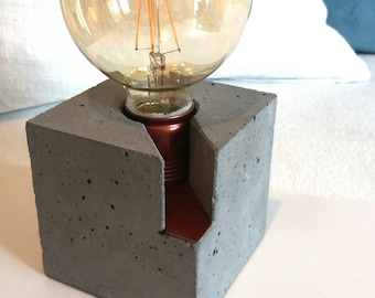 """Table lamp """"Fritz"""" with red-metallic frame, concrete cube"""