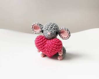 SMALL MOUSE crochet amigurumi with heart, crochet mouse, amigurumi mouse, mouse baby gift, mouse nursery decor, mouse plushie, crochet toy