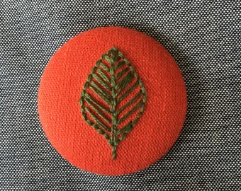 Fabric-covered button - embroidered leaf